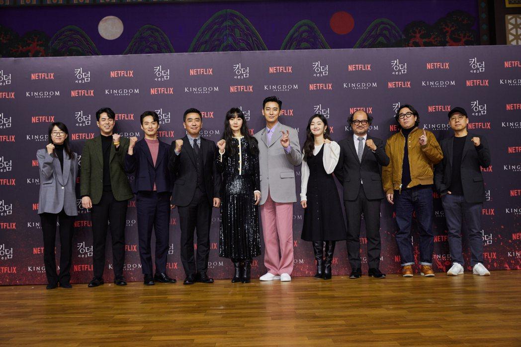 編劇金銀姬(左起)、全錫浩、金聖圭、柳承龍、裴斗娜、朱智勛、金慧峻、金相浩、導演...