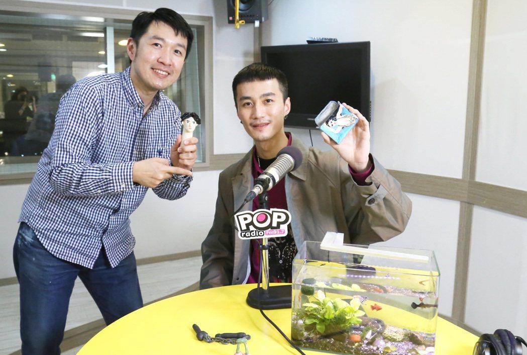 李英宏(右)「栗子頭」獲主持人俊菖讚「神還原朴敘俊」。圖/POP Radio提供