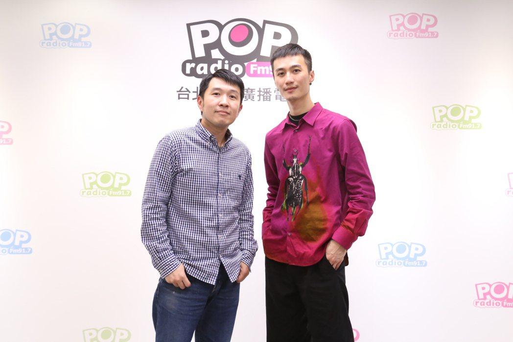 李英宏(右)「栗子頭」獲主持人俊菖讚「台版朴敘俊」。圖/POP Radio提供