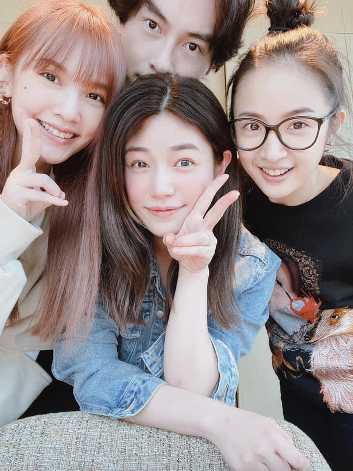 鄭元暢(後)與林依晨、陳妍希、楊丞琳聚會。圖/摘自臉書