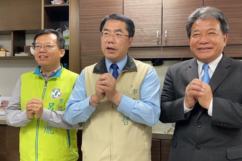 台南市長黃偉哲(中)、議長郭信良(右)與民進黨市議員呂維胤(左)昨合拍影片,向市民宣導防疫期間「拱手不握手」。記者鄭維真/攝影
