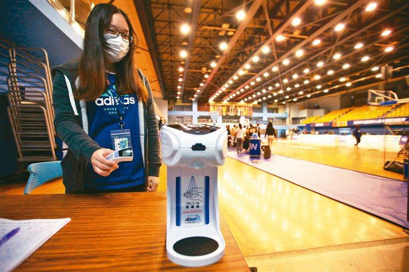 UBA女昨天舉行六強複賽,觀眾入場一律量體溫,並要求用酒精消毒防疫。記者蘇健忠/攝影