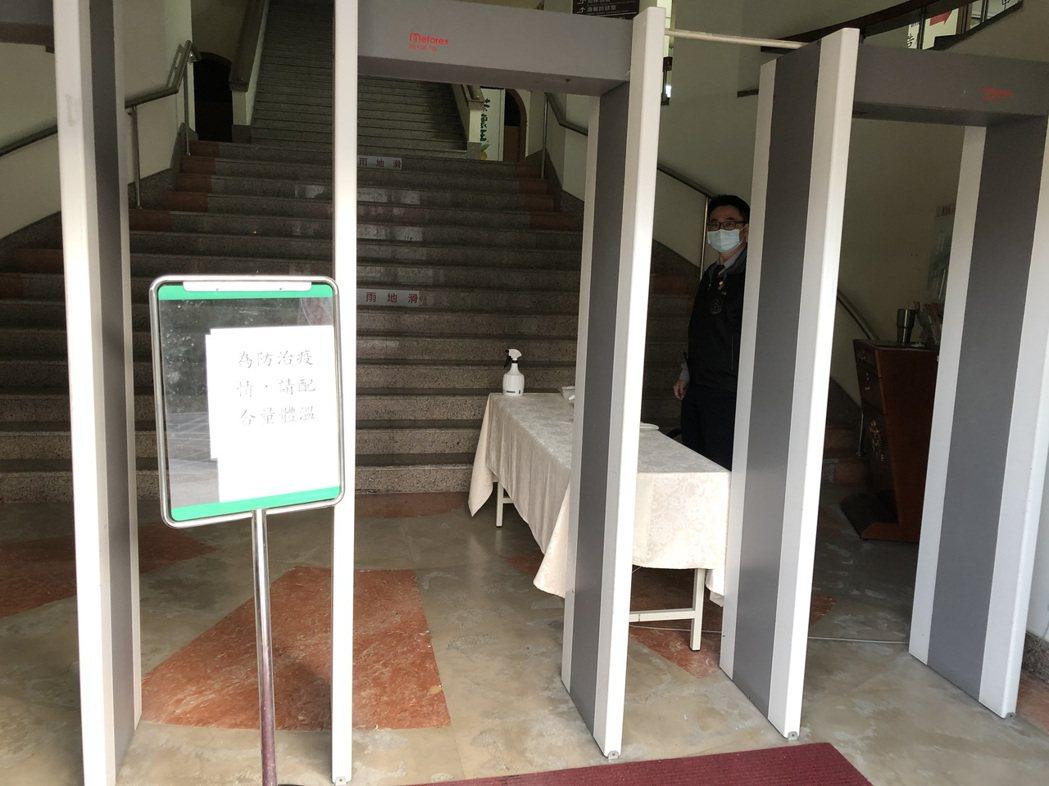 台南地檢署為防疫,自農曆大年初二起已提前部署,封閉部分出入口,全面量體溫檢疫。 ...
