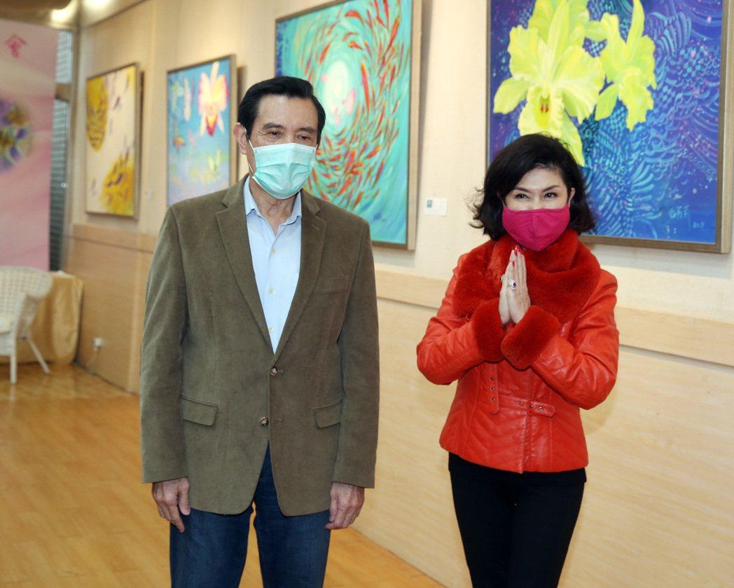 資深藝人白嘉莉(右)在台北社教館舉行個人首次繪畫創作個展「白嘉莉另一個春天」,邀...