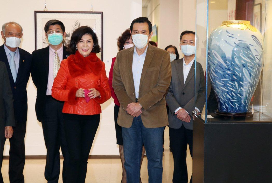 資深藝人白嘉莉(左)在台北社教館舉行個人首次繪畫創作個展「白嘉莉另一個春天」,邀...