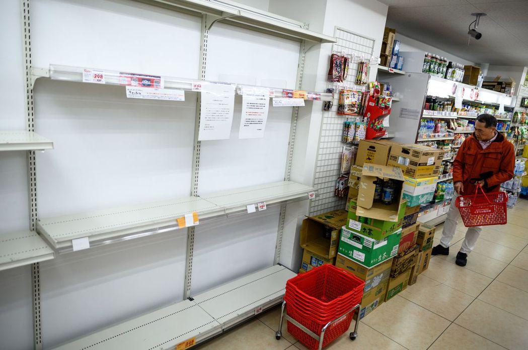 日本上周出現「衛生紙之亂」,東京一間超市的衛生紙貨架1日空空如也。 (法新社)