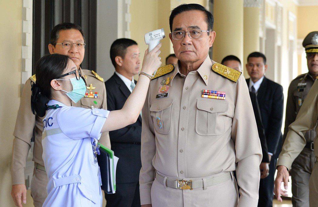 泰國出現首例新冠患者後,政府於全國各地廣設體溫檢查站,總理帕拉育2日在曼谷總督府...