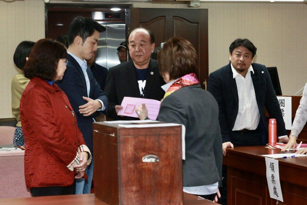 立委吳斯懷(中)質詢時稱讚衛福部長陳時中是了不起的「將」。圖/聯合報系資料照片