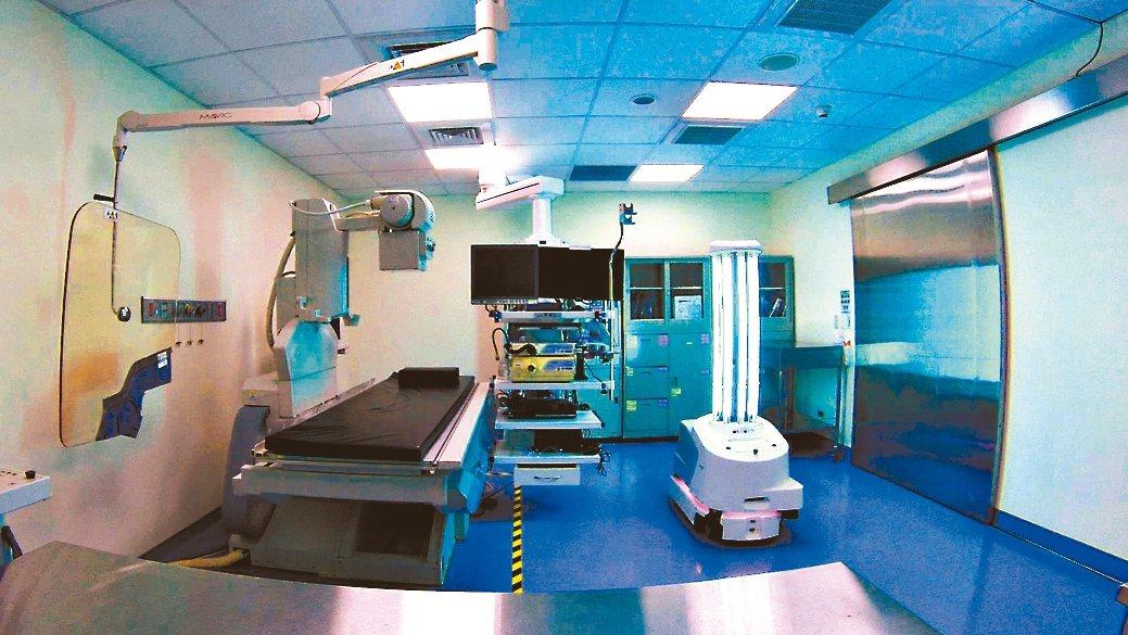 北歐立淨超紫C光智駕殺菌機器人機型,於內視鏡檢查室實境消毒只要8分鐘。 友信醫療...