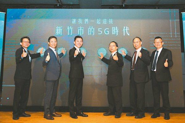新竹市府提供5G實驗場域,攜手五大電信業者共推智慧應用。亞太營運長李振輝(左起)...