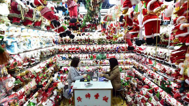 「義烏國際商貿城」的店面,擺著百萬種大小商品,任由買家挑選,並負責運送至200多...