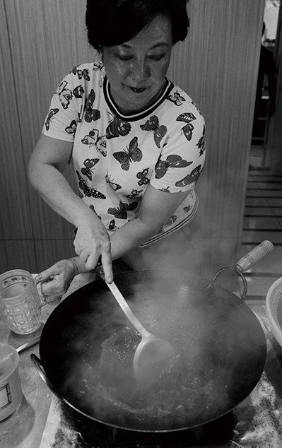 母親出身柳營劉家的黃婉玲老師,是台菜復興運動的重要推手。 圖/積木文化提供