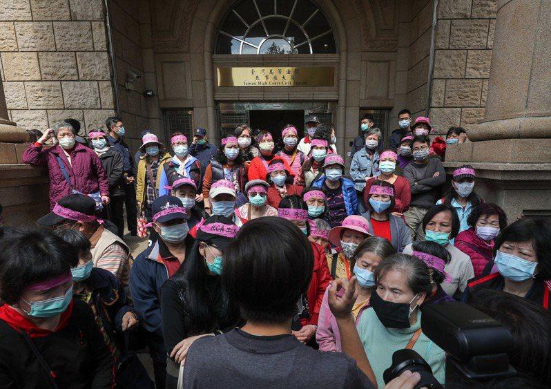 美國無線電公司(RCA)工傷求償案,台灣高等法院更一審6日宣判,24人獲賠新台幣5470萬多元,還可上訴。圖為RCA受害員工及家屬上午在高等法院外等候法院記者會說明。 中央社