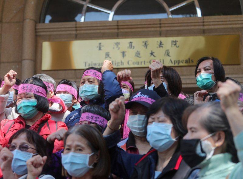 美國無線電公司(RCA)工傷求償案,台灣高等法院更一審6日宣判,24人獲賠新台幣5470萬多元,還可上訴。大批RCA員工及家屬上午在法院外等待高院向媒體說明判決結果,並呼口號打氣。 中央社