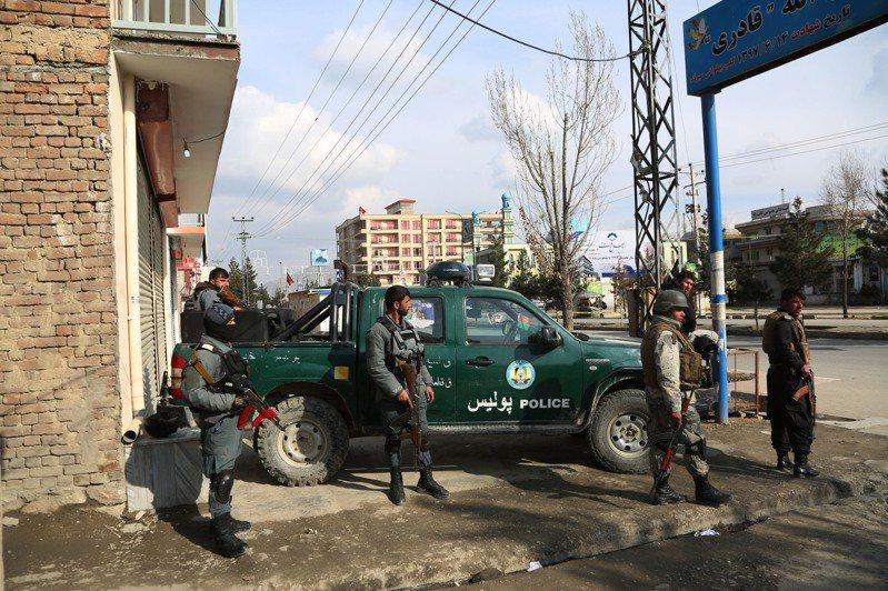 阿富汗官員表示,首都喀布爾(Kabul)一場政治集會今天遭到攻擊,至少27人喪生。 新華社