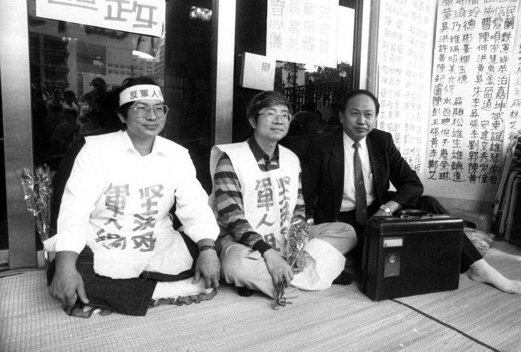 因不滿李登輝提名郝柏村組閣,時任立委洪奇昌發起抗議行動。攝於1990年。 圖/聯合報系資料照