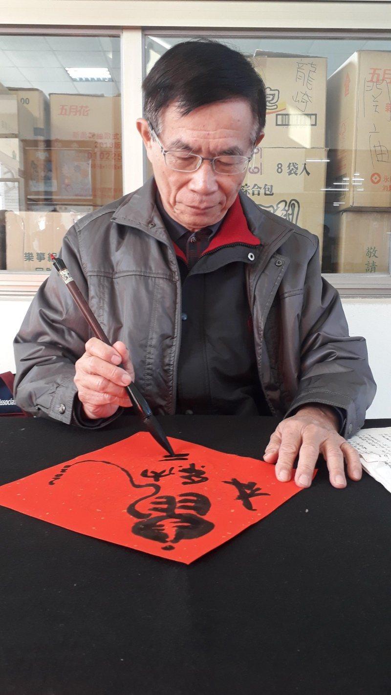 書法家林隆旗退而不休,樂當書法教學志工,義務推廣書法20年。 圖/周宗禎 攝影