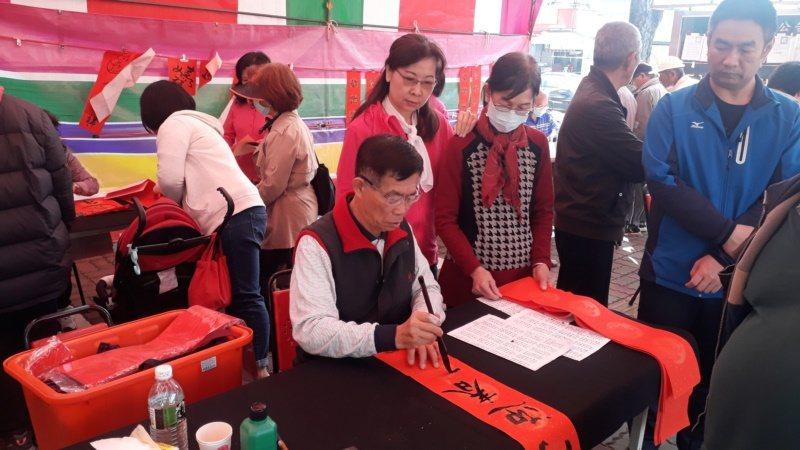書法家林隆旗樂當書法志工,每年春節號召各地同好書法家來鄉間義寫春聯。