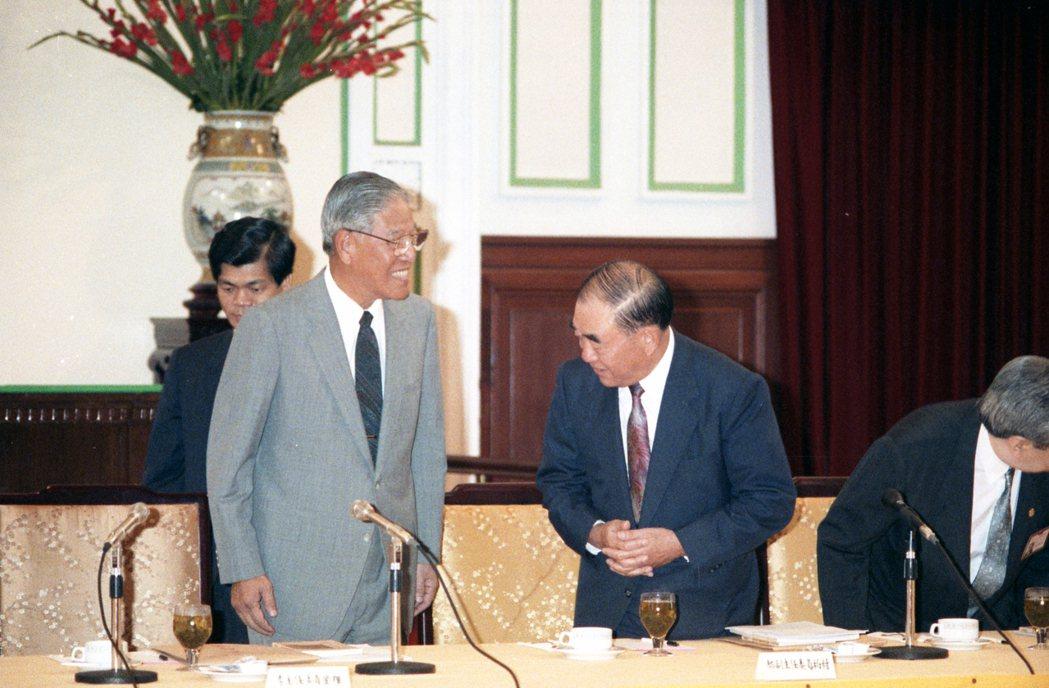 郝柏村擔任行政院長時期,曾多次在人事任命、職權界線上與李登輝爭鋒相對。攝於1991年。 圖/聯合報系資料照