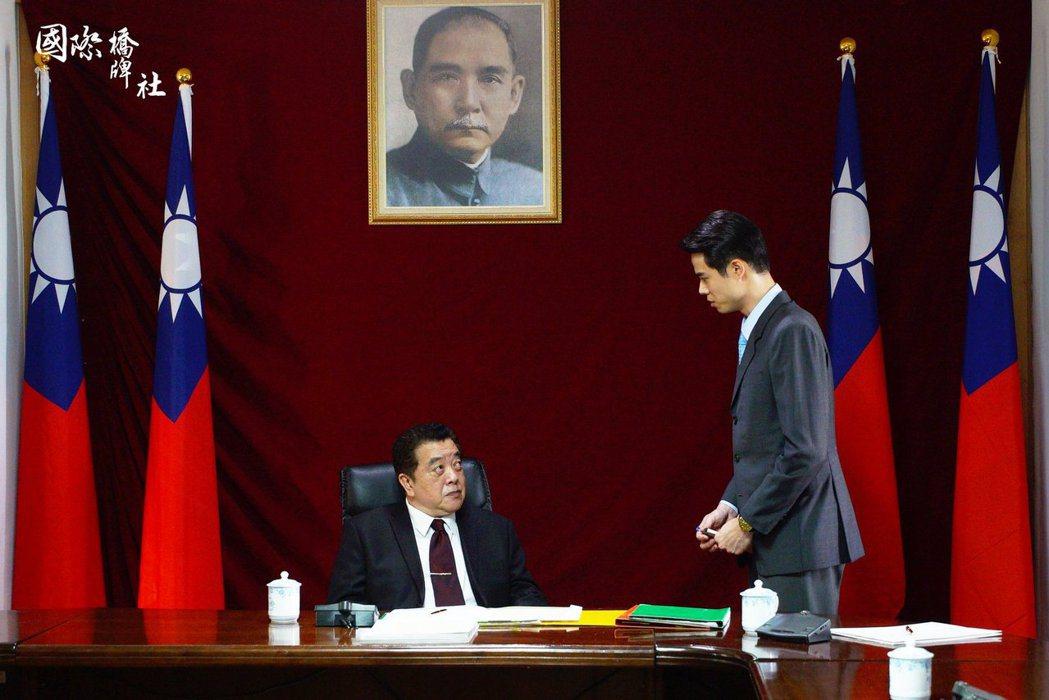 《國際橋牌社》以1990到1994年的台灣政局為背景,部分角色設計也取材自當時人物。 圖/取自《國際橋牌社》粉絲專頁