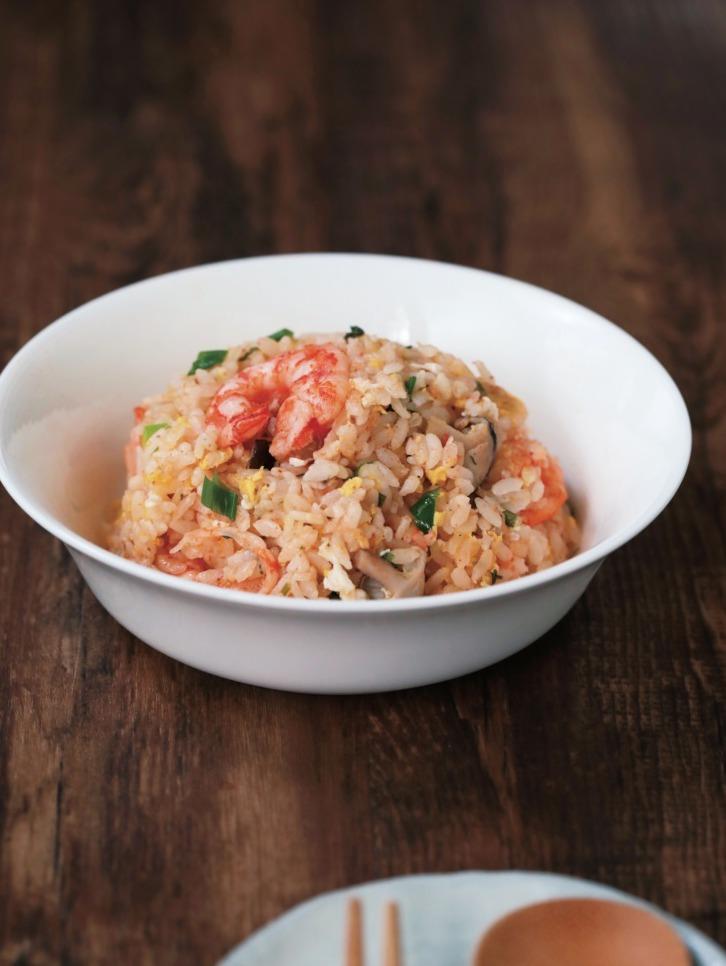 電鍋也能作蝦仁蛋炒飯。 圖/布克文化提供