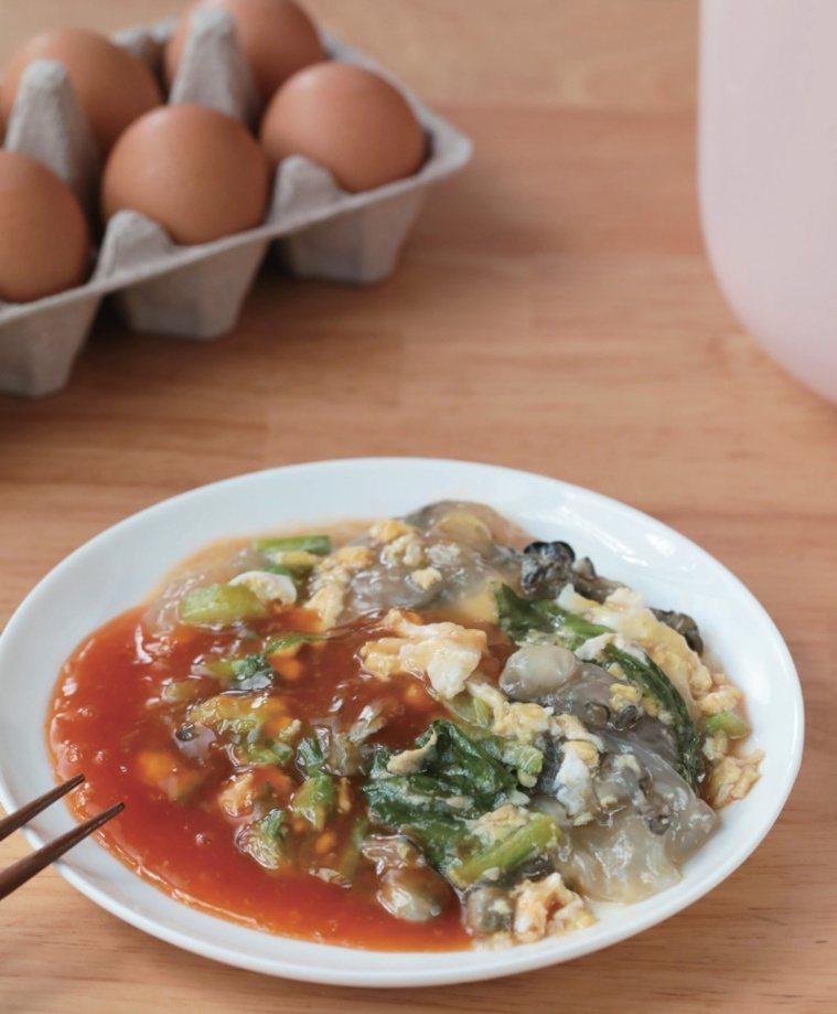 用小型微電鍋神奇作出夜市小吃蚵仔煎。 圖/布克文化提供