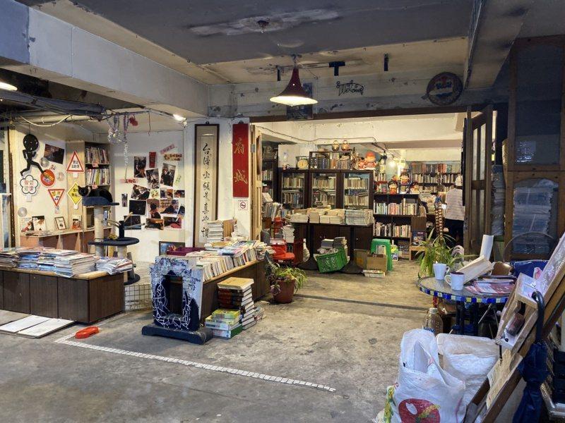 府城舊冊店位在熱鬧的台南成大商圈裡頭,但因藏身在隱密的地下室,從路面上看毫不起眼...