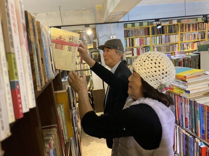 潘靜竹(前)、潘景新(後)共同經營府城舊冊店,多年來即使負債也不放棄推廣讀書會、...