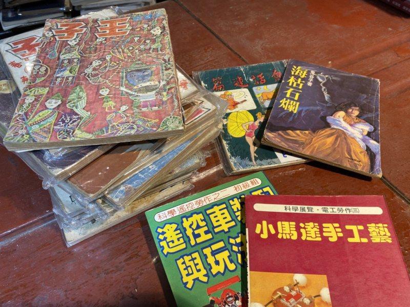 府城舊冊店裡頭很多「寶物」,藏有年代久遠的書籍、教科書、漫畫、小說、歌本等。 圖...