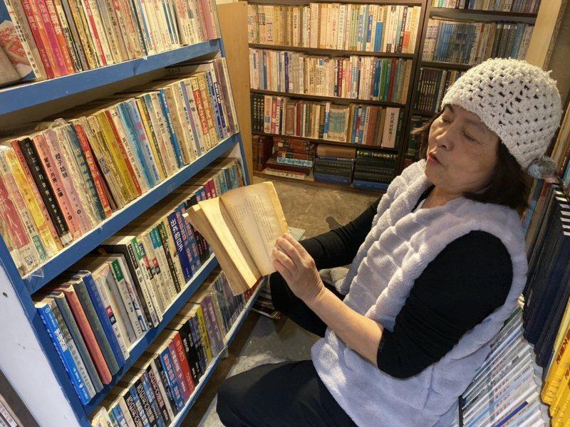 府城舊冊店負責人之一潘靜竹對於每一本書放在哪一個書櫃瞭若指掌。 圖/鄭維真 攝影