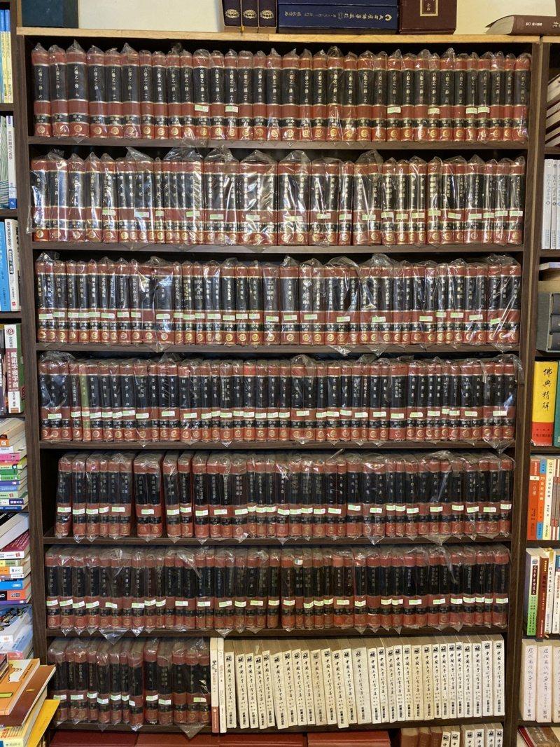 整座書櫃擺滿四庫全書。 圖/鄭維真 攝影