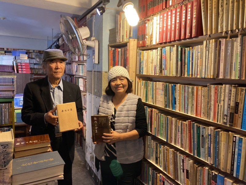 潘靜竹(右)、潘景新(左)共同經營府城舊冊店,多年來即使負債也不放棄推廣讀書會、...