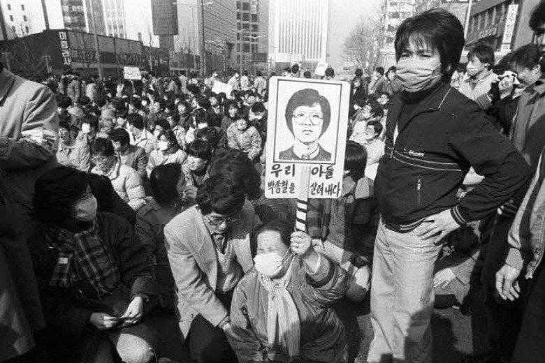 1987年發生首爾大學學生朴鍾哲被拷問致死事件,引起大批民眾上街抗議,演變成「六月民主抗爭」。 圖/取自六月民主抗爭網站
