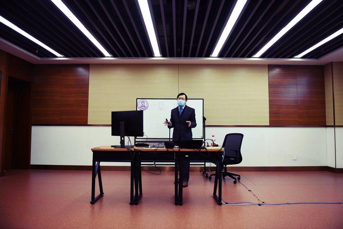 圖為清華大學一名教授,正在遠端授課。 圖/法新社