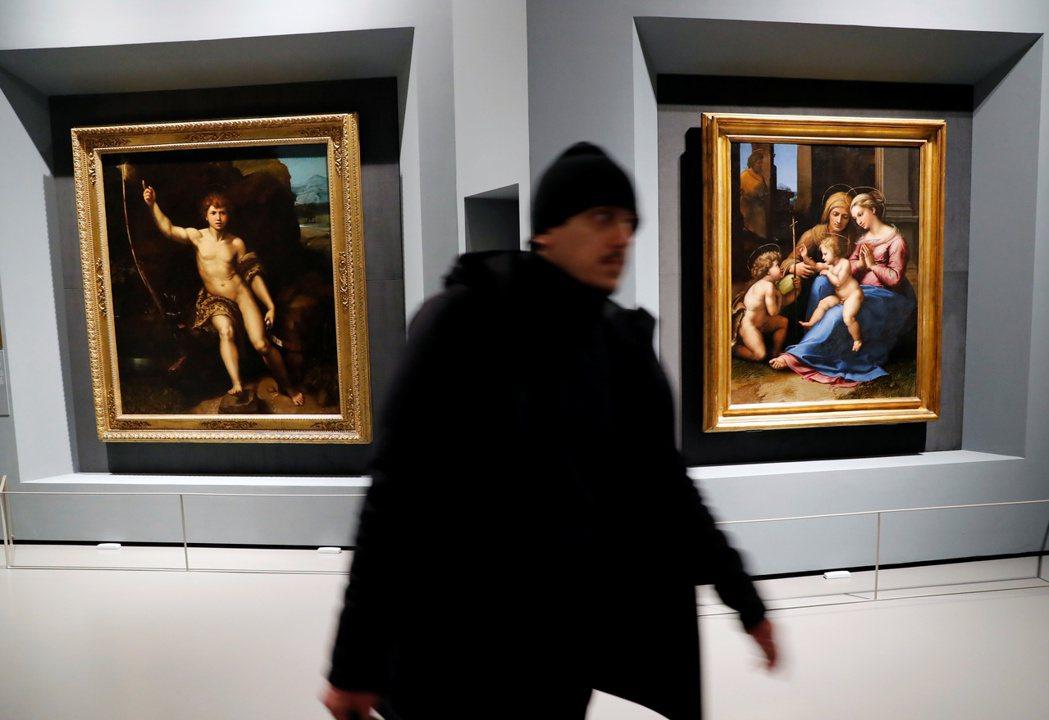 左為原館藏於烏菲茲美術館的《施洗者約翰》(San Giovannino)、右為原...