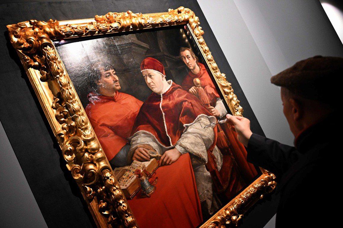 本來收藏於烏菲茲美術館的1519年作品《教宗利奧十世》(Portrait of ...