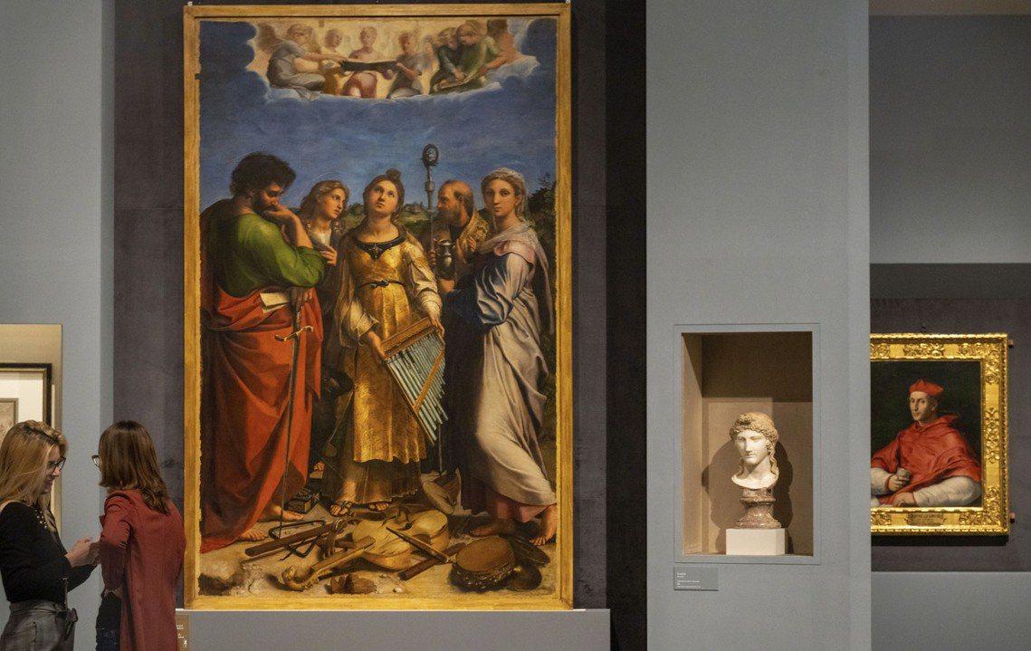 圖為拉斐爾大展開展首日,圖左作品為1515年《聖塞西莉亞》(The Ecstas...