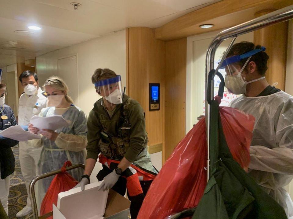 登船的加州國民兵醫護隊。 圖/路透社