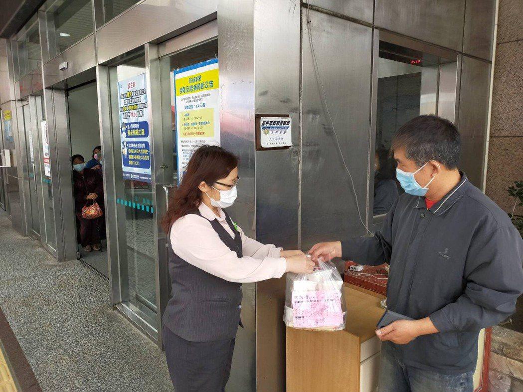 醫院人員常和外送食物飲料人員,約在醫院門口外交貨付款。記者游振昇/攝影