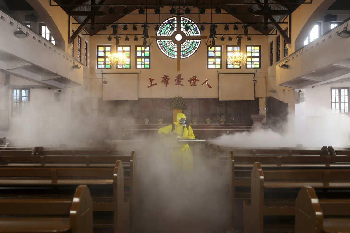 中國武漢的疫區消毒。 圖/美聯社