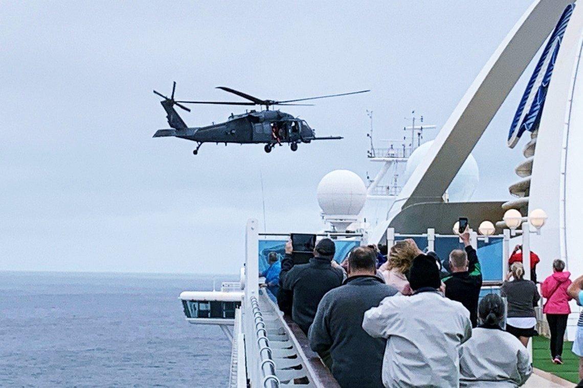5日的國民兵直升機,對至尊公主號的檢測試劑空投。 圖/路透社
