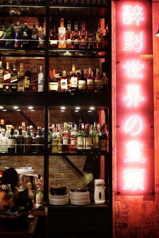 醉到世界的盡頭的一整排酒櫃,我相信外國朋友會喜歡,我也喜歡,我也相信調酒師可以滿足來自各個世界的客人。