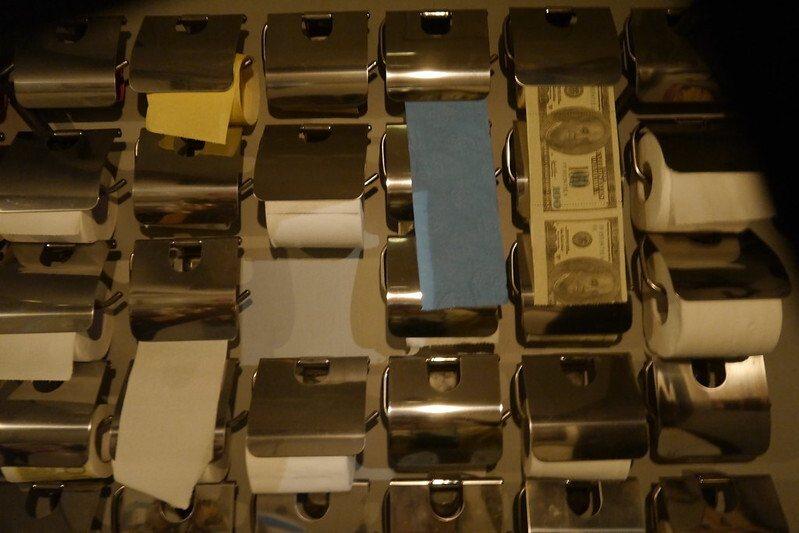 不同顏色的衛生紙,吸引我的是鈔票,好像是歐元,會捨不得用的,還好還有其他選擇,這一面牆,也幾乎成了是網美了,來店的朋友都拍的好美,也會特別介紹(只是,我沒拍好)。