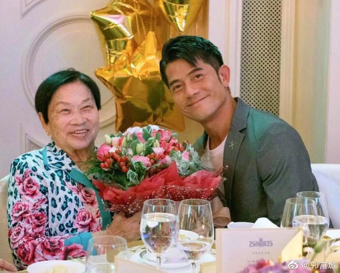 郭富城與母親合照。圖/摘自微博