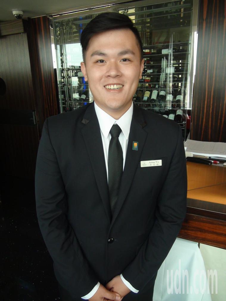 在台中飯店擔任公關的吳小翰,身高178公分,體重高達132公斤,他以顏色區分食物...