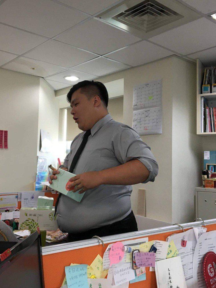 在台中飯店擔任公關的吳小翰,因為食量大,面對美食來者不拒,體重直線上升,身高17...