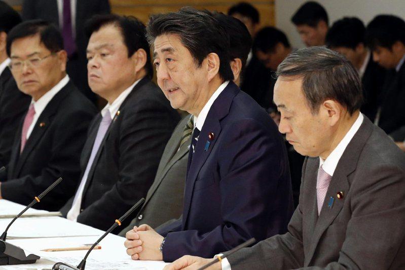 日本首相安倍晉三(右二)。美聯社