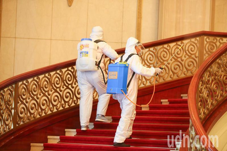 來台表演澳籍音樂家確診,兩廳院上午進行消毒作業包含表演廳舞台、觀眾席、人員常接觸的電梯按鈕與手把等都是消毒的重點項目。記者葉信菉/攝影