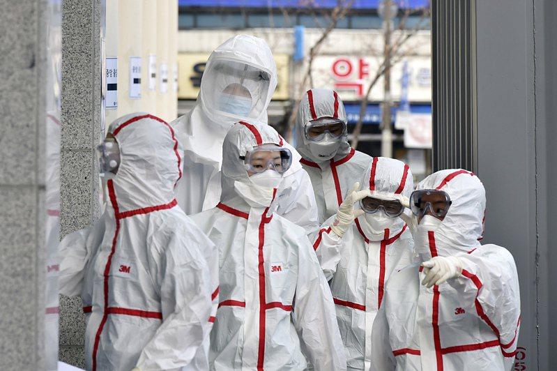 南韓大邱醫護人員配戴全付防護裝備展開工作。  美聯社