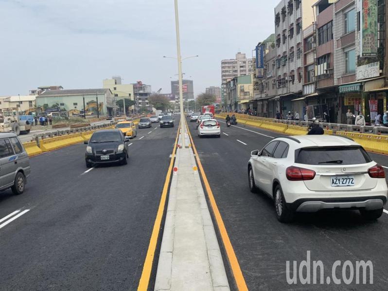 高雄市中華地下道已填平,平面主線道今天提早通車。記者徐如宜/攝影